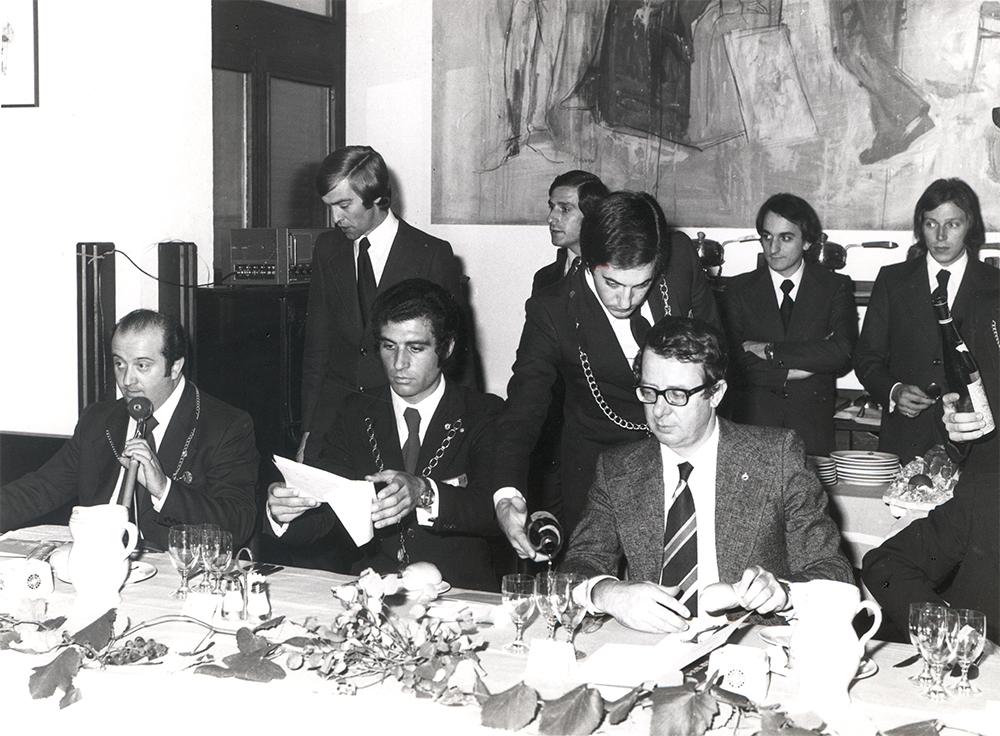 Seduto 2° da sinistra Walter Filiputti, accanto a Luigi Veronelli